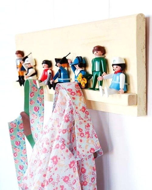 diy web du jour un porte manteaux avec des playmobil. Black Bedroom Furniture Sets. Home Design Ideas