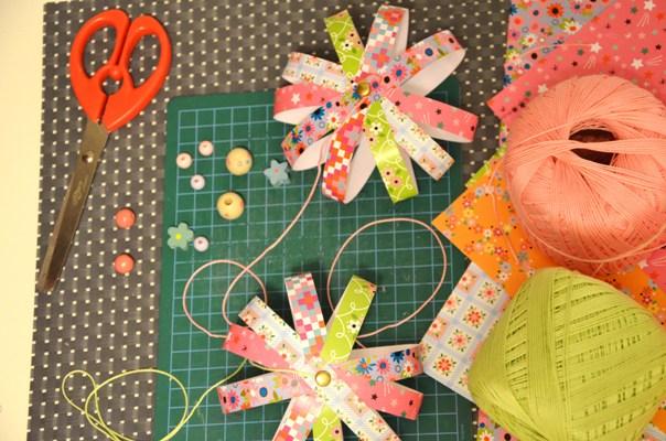 Boule de noel en bande de papier - Bricolage boule de noel en papier ...