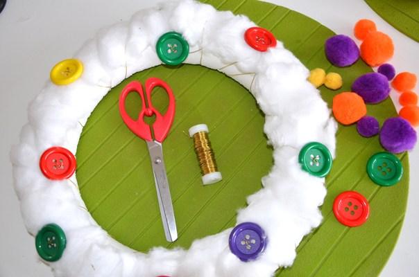 diy couronne de no l enfantine avec du coton des pompons et des gros boutons. Black Bedroom Furniture Sets. Home Design Ideas